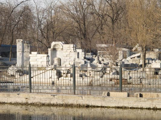 Summer-palace-ruins-in-Beijing-1