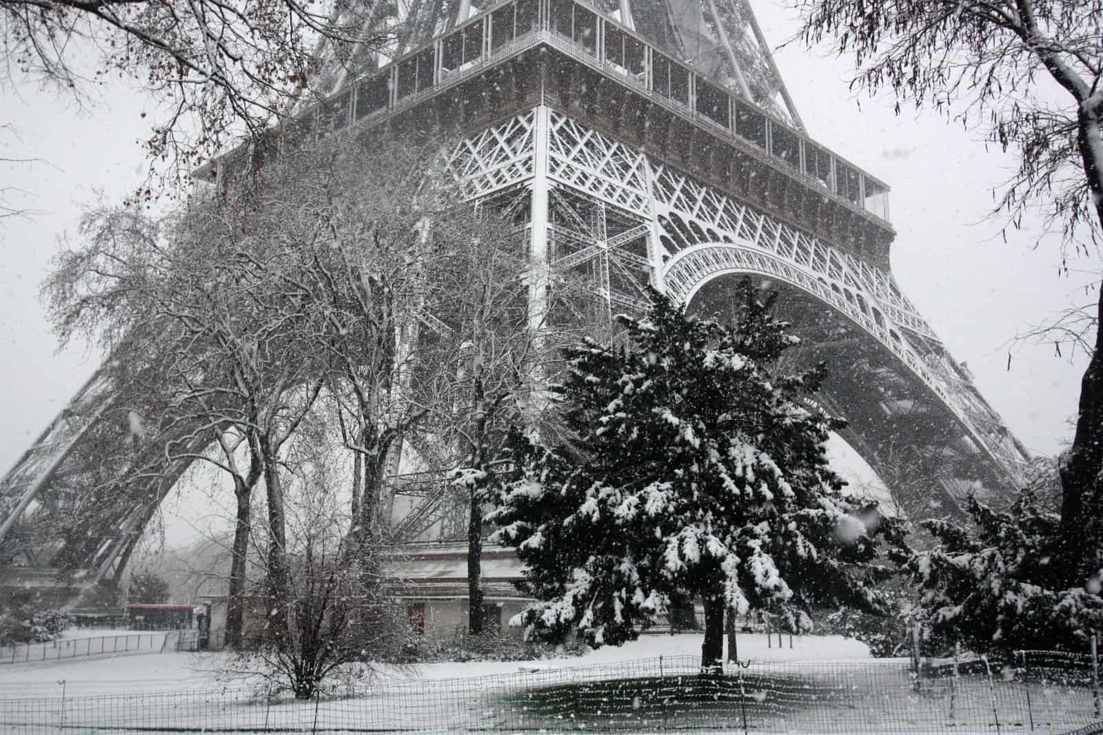 In Pari Winter Eiffel Tower