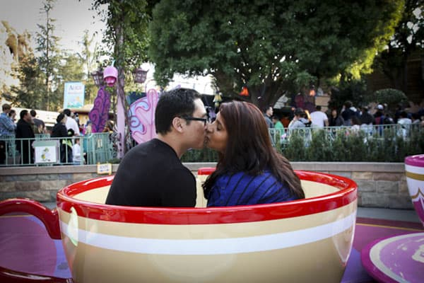 couple-kissing-disneyland