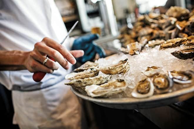Shucking-Oysters.-Hog-Island-Oyster-Bar-San-Francisco.-Ed-Anderson-1000