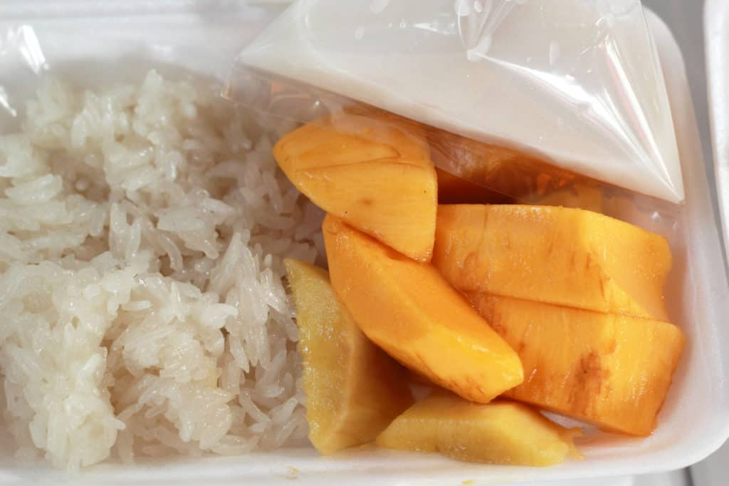 5-Tastes-You-Must-Try-in-Bangkok_Mango-Sticky-Rice_Khao-Niew-Ma-Muang