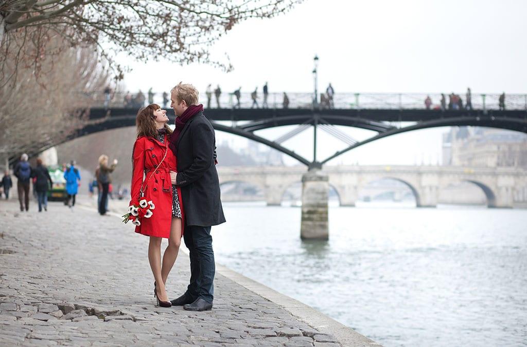 Paris-City-of-Romance_Couple-on-the-Seine