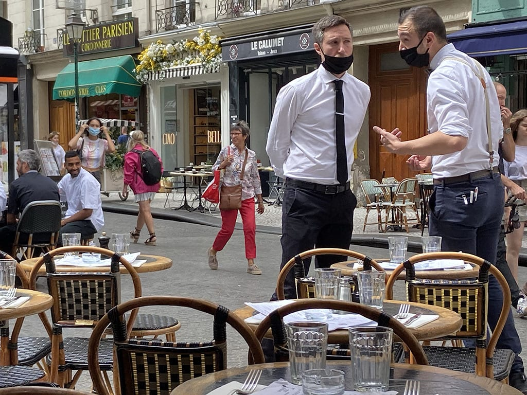 Paris 2nd Arrondissement_Waiters at Le Compass