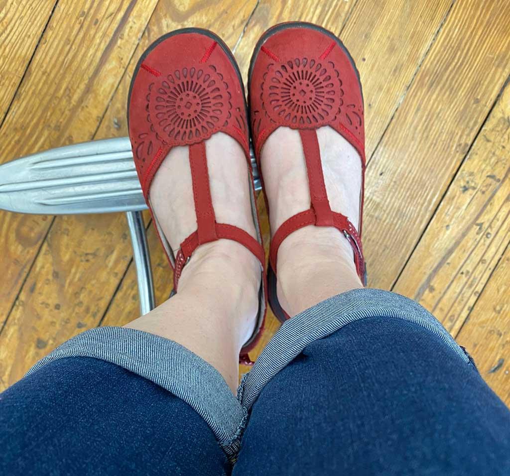 Andi-in-her-Jambu-Cornflower-Sandals-at-the-Salon