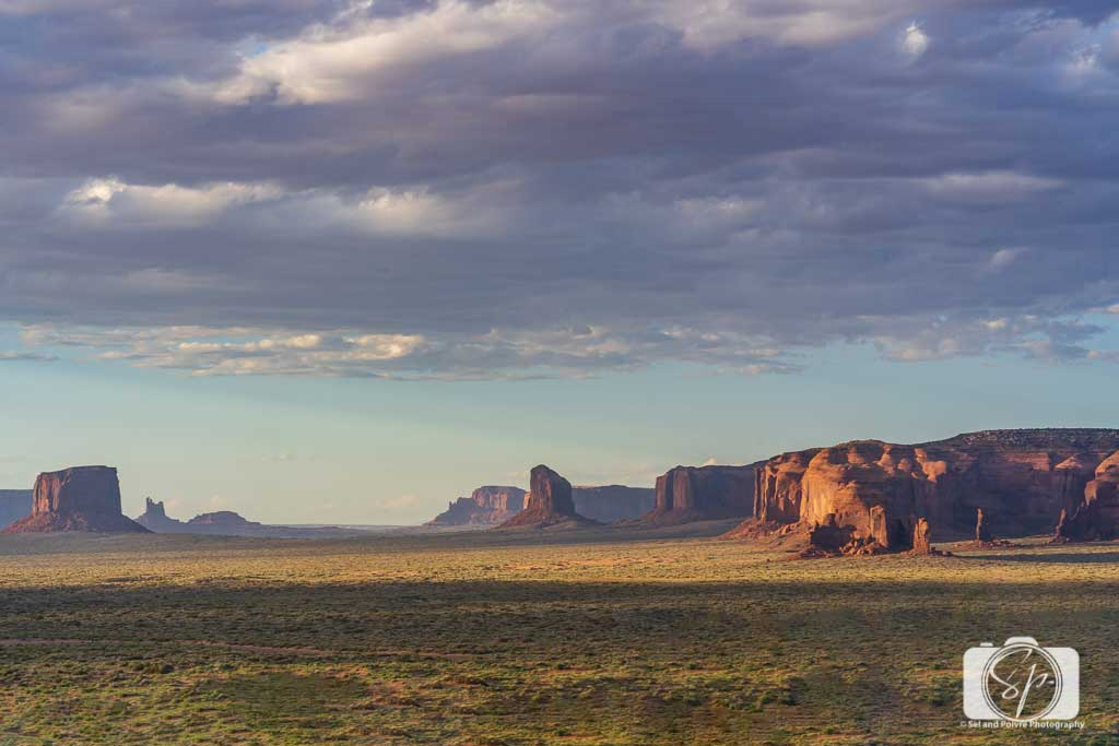 Hunts-Mesa-from-afar-in-Monument-Valley-Utah-USA
