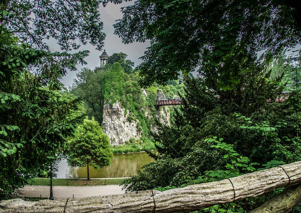9-Ideal-Picnic-Places-in-Paris_Buttes-Chaumont-Paris