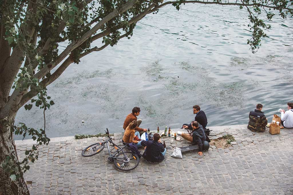 9-Ideal-Picnic-Places-in-Paris_Picnic-by-the-Seine