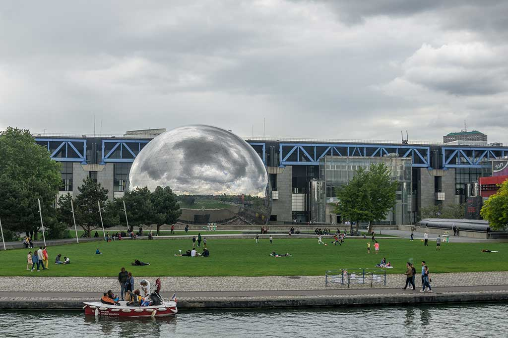 9-Ideal-Picnic-Places-in-Paris_la-villette-picnic-