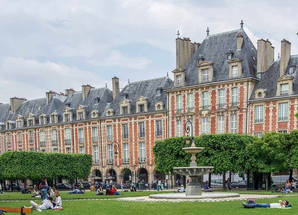 9-Ideal-Picnic-Places-in-Paris_place-des-vosges